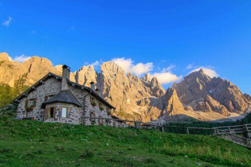 Malga Venegia ai piedi delle Pale di San Martino in Trentino