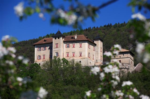 Castel Thun immerso tra i meleti della Val di Non